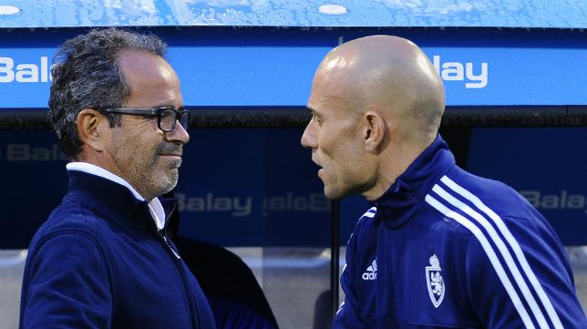 Cervera y Láinez se dan la mano antes del encuentro.