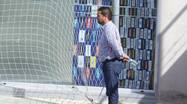 Juan Carlos Cordero observa un entrenamiento en El Rosal.