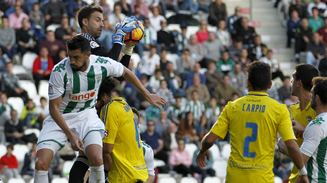 Cifuentes se hace con un balón en el partido de de la pasada campaña disputado en el Nuevo Arcángel.
