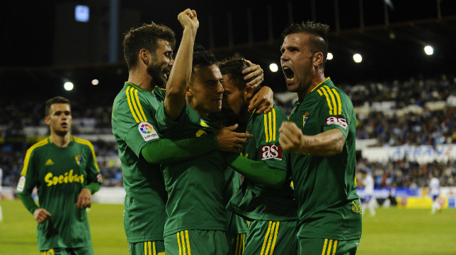 Los jugadores del Cádiz CF celebran el gol de Aitor en Zaragoza