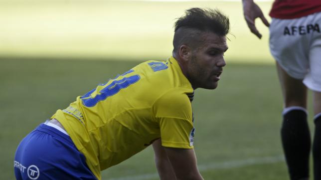 Ortuño se lamenta sobre el césped en un partido con el Cádiz CF.