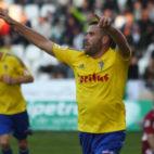 Ortuño celebra uno de los dos goles que marcó en Córdoba con Rubén Cruz detrás.