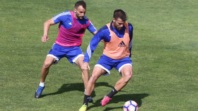 Ortuño, que hoy jugará en el campo donde el año pasado lo hacía como loca, intenta salir de la presión de Servando en un entrenamiento. :