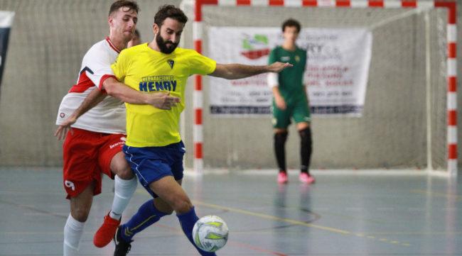 Juan Alberto conduce el balón en un partido.