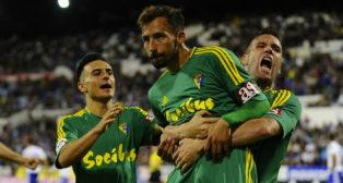 Ortuño coge a Aitor tras el gol.