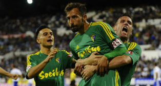 Ortuño coge a Aitor tras el gol en Zaragoza