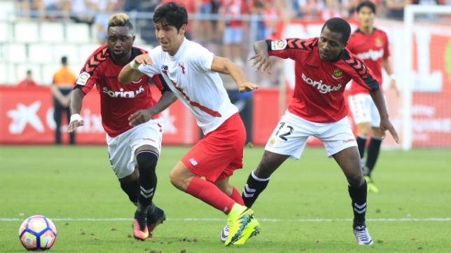 Levy Madinda (derecha), en un partido ante el Sevilla Atlético esta temporada. Foto: Nástic de Tarragona.