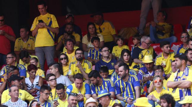 Varios aficionados del Cádiz CF miran sus móviles durante el partido del pasado sábado en Sevilla.