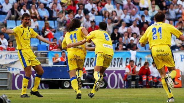 Pavoni, que junto a Lobos fue goleador aquella tarde, celebra el gol con Sesma, Fleurquin y Varela.