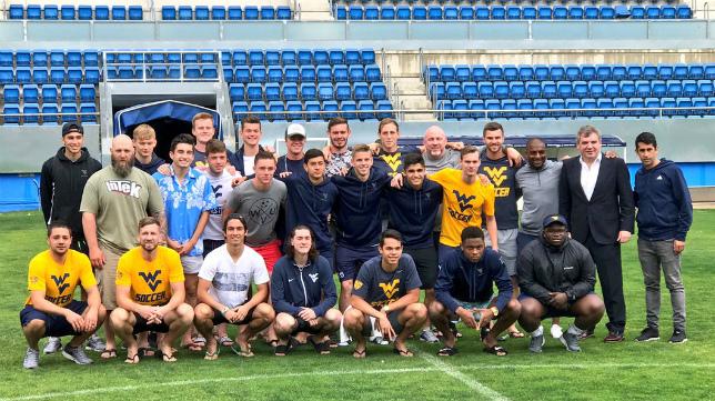 Los jugadores de la Universidad de West Virginia posan en el Carranza.