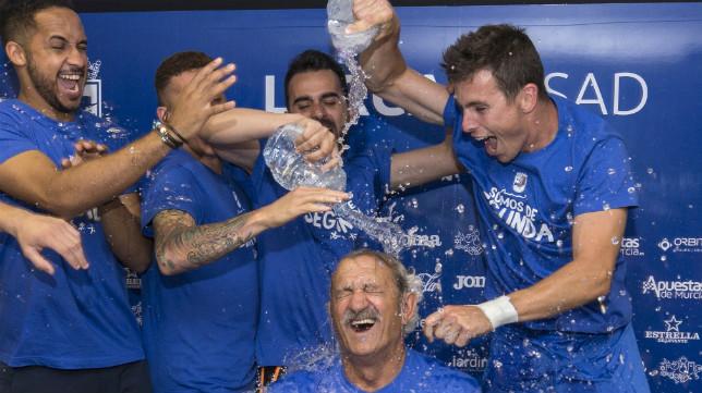 David Vidal acabó duchado en sala de prensa por sus jugadores.