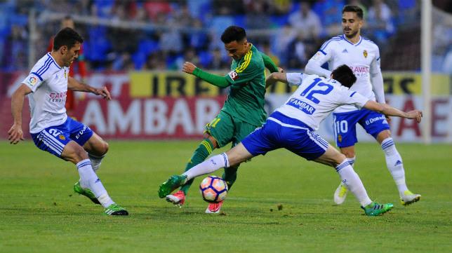 Álvaro García intenta salvar la presión de Manu Lanzarote.