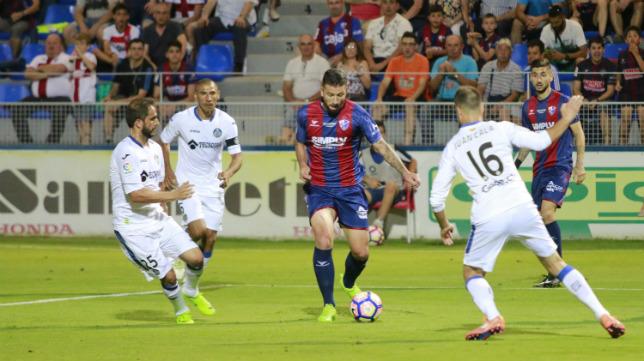 Borja Lázaro, en un partido del Huesca esta campaña.
