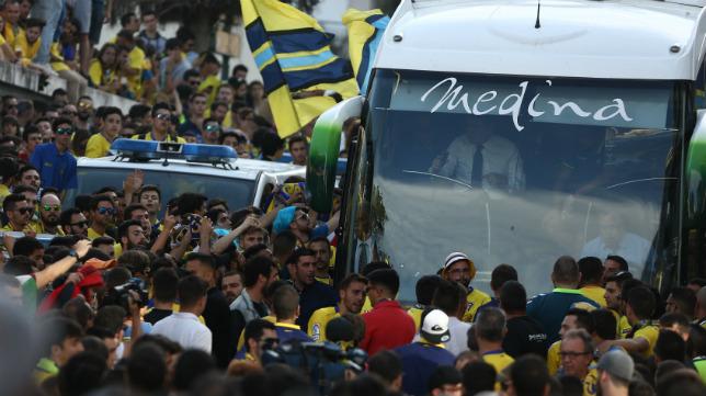 El autobús del Cádiz CF, llegando el año pasado a Carranza antes del duelo ante el Racing de Ferrol.