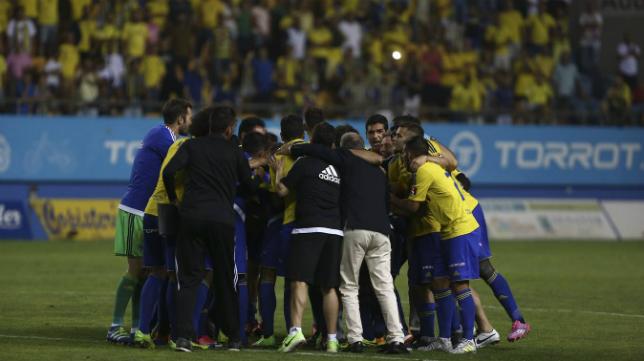 Toda la plantilla del Cádiz CF muestra su unión al finalizar el partido
