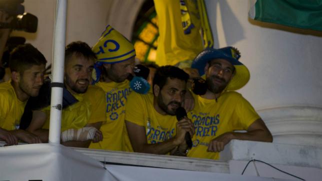 En el centro, Dani Güiza y Carlos Calvo, en el balcón de Ayuntamiento un día después del ascenso en Alicante.