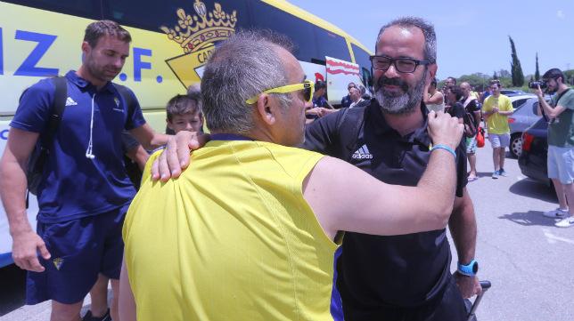 Álvaro Cervera recibe las felicitaciones de varios aficionados