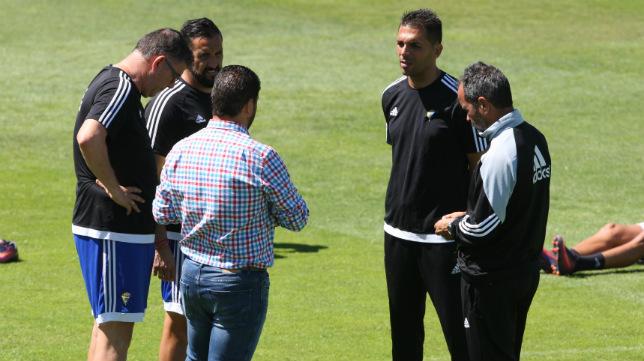 Juan Carlos Cordero charla con el cuerpo técnico del Cádiz CF.