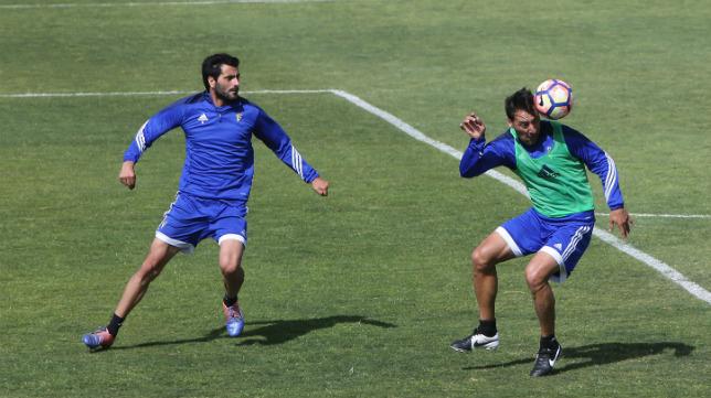 Güiza, junto a Migue González, en un entrenamiento en El Rosal.