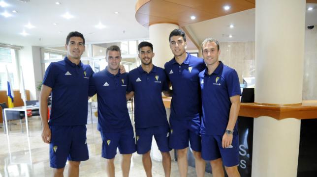 Garrido, Imaz, Nico, el portero ález Lázaro y Santamaría, en la recepción del hotel.