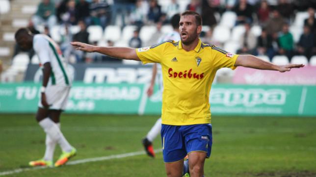 Ortuño, en un encuentro con la camiseta del Cádiz CF.