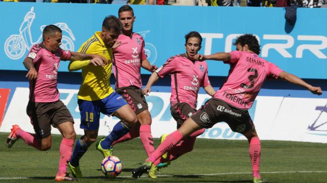 Cádiz CF y CD Tenerife se midieron en marzo en Carranza.