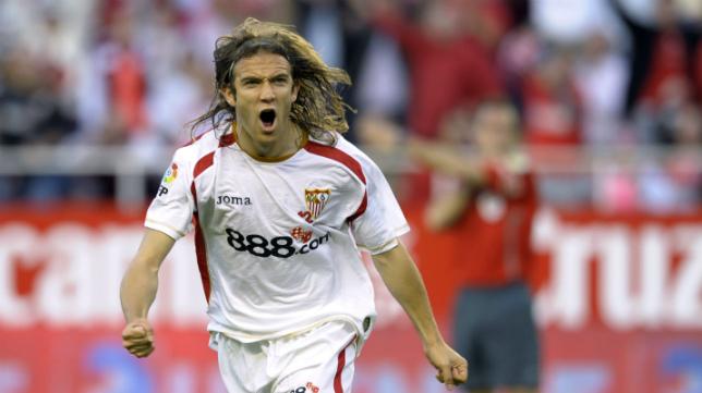 El extremo izquierdo almeriense dio sus mejores años defendiendo la elástica del Sevilla. :