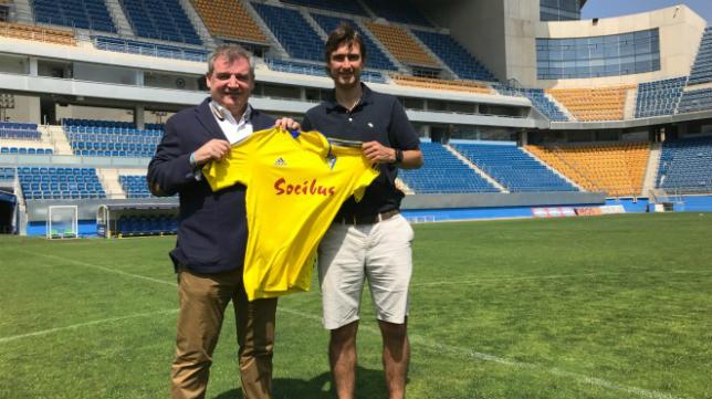 Fleurquin recibió una camiseta del Cádiz CF a manos de Manuel Vizcaino