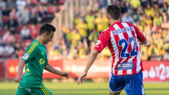 Kiko Olivas intenta taponar un disparo de Álvaro García.