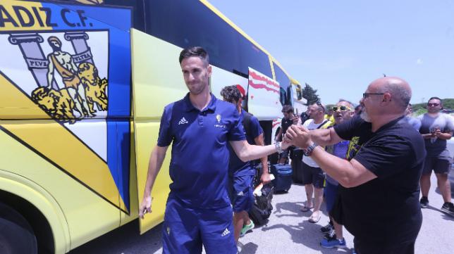Rubén Cruz recibe el apoyo de los cadistas al bajar del autobús.