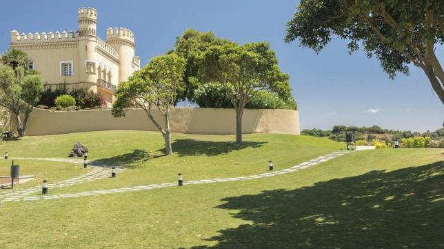 El hotel Montecastillo tien campos de golf y un campo de fútbol.