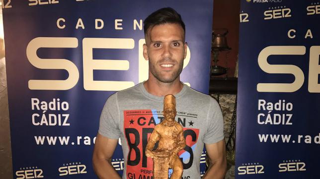 Ortuño recoge el premio de Radio Cádiz. Foto: Cádiz CF.
