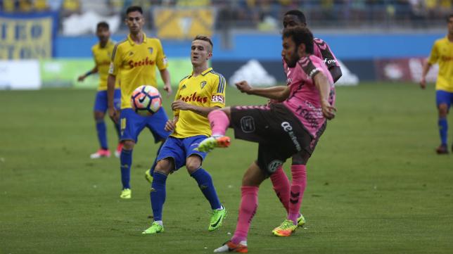 Salvi pelea por el balón ante rivales del Tenerife