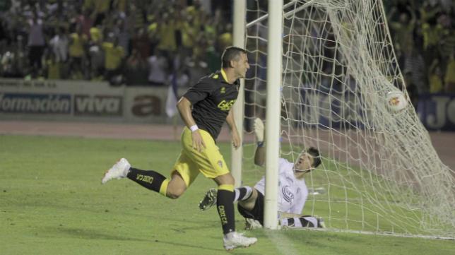 Airam Cabrera marca un gol en el debut liguero del Cádiz CF en 2013 ante el San Fernando CD en Bahía Sur.