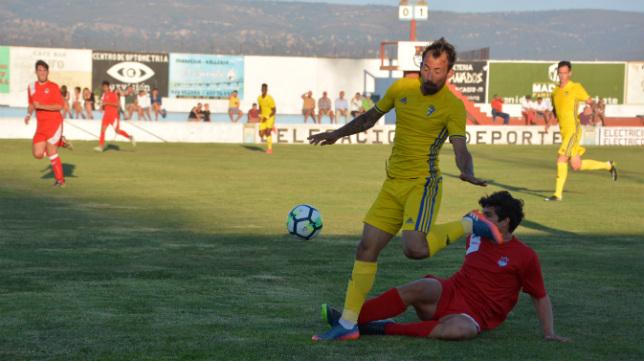 Aitor se marcha de un rival ayer en Barbate (Foto: Cádiz CF).