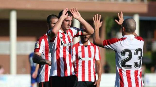 Aketxe (23) celebra un gol con su compañero Mikel San José. Foto: El Correo.