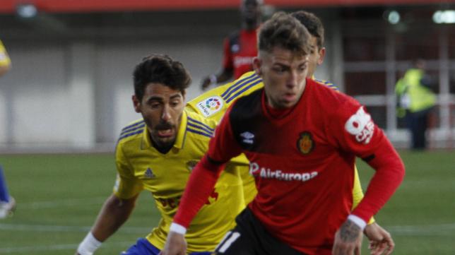 Brandon Thomas, en la imagen junto al cadista Carpio, abandona el Mallorca.