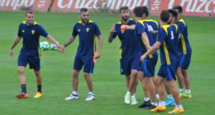 El equipo de Cervera volverá mañana a ejercitarse en El Rosal. (Foto: Cádiz CF)