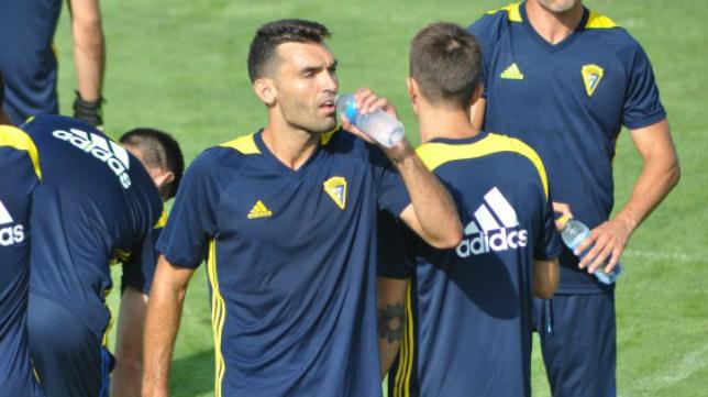 David Barral bebe agua en un momento de un entrenamiento.