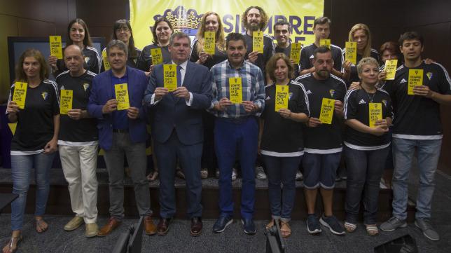 Manuel Vizcaíno posa con los voluntarios del Cádiz CF.