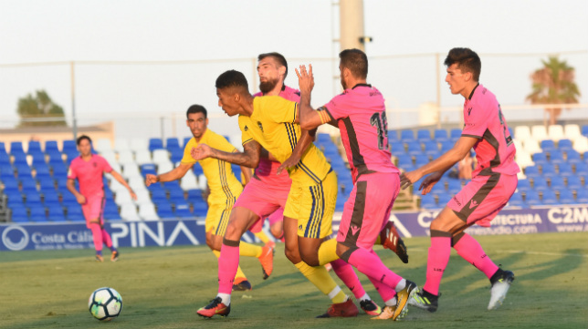 Eddy se marcha de varios rivales en el amistoso ante el Levante.