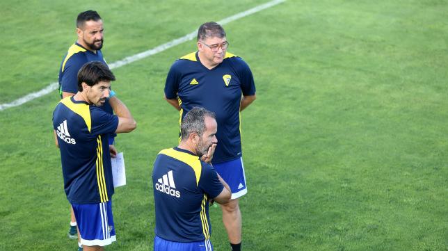Patricio Pérez-Fon, con un papel en la mano, junto a Lolo Bocardo, Javier Manzano y Cervera.