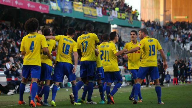 Los jugadores del Cádiz CF celebran un gol ante su afición.