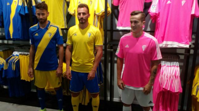 José Mari, Servando y Salvi posan con las nuevas equipaciones del Cádiz CF.