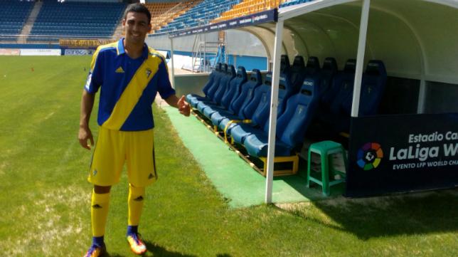 Dani Romera posa con la camiseta del Cádiz CF.