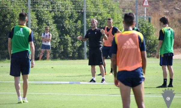 Cervera da instrucciones en un entrenamiento del Cádiz CF esta pretemporada.