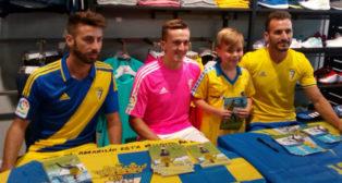 José Mari, Salvi y Servando firmaron autógrafos con las nuevas equipaciones del Cádiz CF.