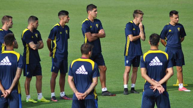 Garrido, en el centro, ha vuelto a los entrenamientos. Foto: Cádiz CF.