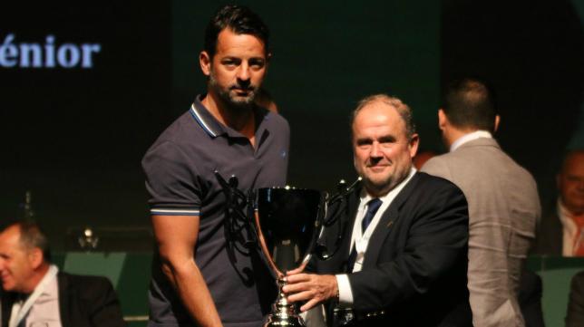 Mere, entrenador del Cádiz CF B, recogió el premio. Foto: RFAF.