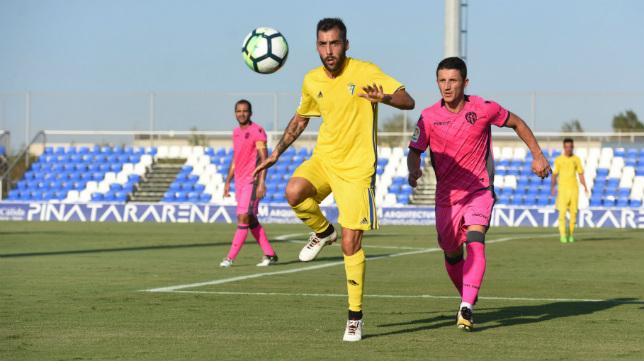 Perea controla la pelota ante la presión de un jugador del Levante. (Foto: Alfonso Durán).